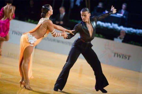 pricheska_dlya_latinoamerikanskih_tancev_4-600x400 Бальные прически – как сделать на выступление для девочек и мальчиком, зачес назад